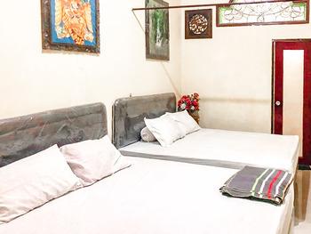 Vandhela Homestay Syariah by RedDoorz Surabaya - Family Room Best Deal