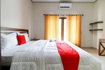 RedDoorz @ Jalan Palagan Yogyakarta - RedDoorz Room Last Minute Deal