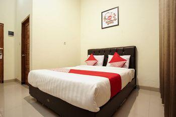 OYO 1241 Eirini Family Homestay Yogyakarta - Deluxe Double Room Regular Plan