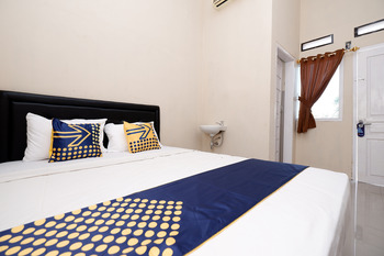 SPOT ON 2027 Putri Guest House Syariah Brebes - Deluxe Double Room Regular Plan