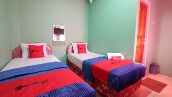 RedDoorz near Mangrove Forest Kupang Kupang - RedDoorz Twin Room KETUPAT