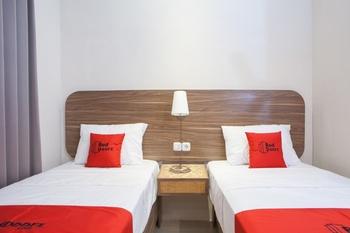 RedDoorz @ Wiyung 2 Surabaya - Twin Room Last Minute