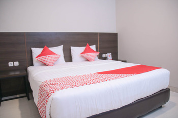OYO 1006 Azzahra Guest House Ambon - Deluxe Double Room Last Minute