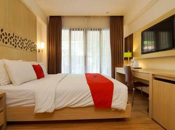 RedDoorz Premium @ Karang Tenget Tuban - Deluxe Room Regular Plan