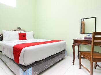 RedDoorz Plus near Taman Sari Yogyakarta - RedDoorz Room Basic Deal