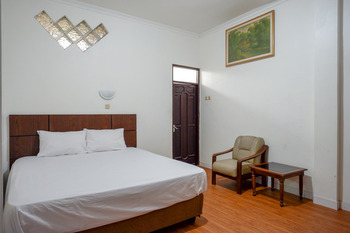Puspa Indah Guesthouse Semarang - Deluxe Room Basic Deals