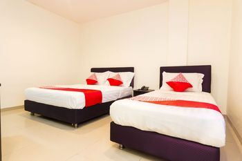 OYO 1635 New Star Hotel Batam - Suite Triple Promotion