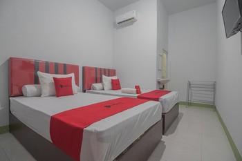 RedDoorz near RS Harapan Bersama Singkawang - RedDoorz Family Room BASIC DEALS