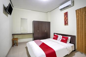 OYO 3842 Eiffel Ketintang Unesa Syariah Surabaya - Deluxe Double Room Great Sale