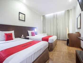 RedDoorz Plus @ Surabaya City Center Surabaya - RedDoorz Twin Room Pegipegi Special Promotion
