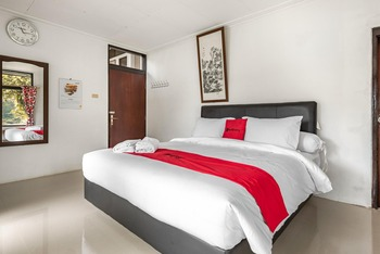 RedDoorz @ Mega Indah Villa Estate G16 Bogor - RedDoorz Premium Room with Breakfast Regular Plan