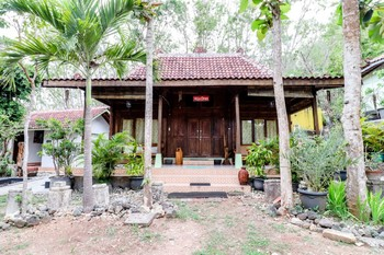 Kampoeng Baron Guesthouse Yogyakarta - Villa Omas Breakfast FC Min 2 Nights 40%
