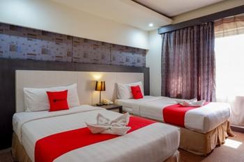RedDoorz Plus near Hotel Benua Kendari Kendari - RedDoorz Deluxe Twin Room Basic Deals