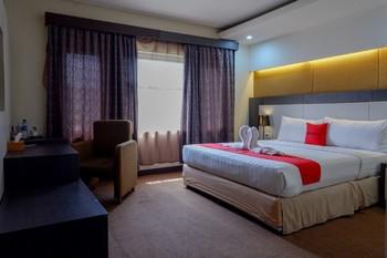 RedDoorz Plus near Hotel Benua Kendari Kendari - RedDoorz Suite Room Basic Deals