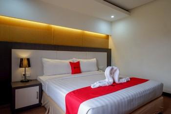 RedDoorz Plus near Hotel Benua Kendari Kendari - RedDoorz Deluxe Room Basic Deals