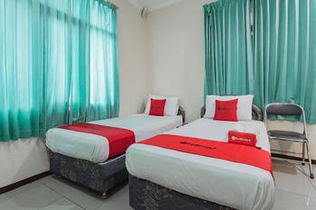 RedDoorz near Tegalega Bandung Bandung - RedDoorz Deluxe Twin Room   Best Deal