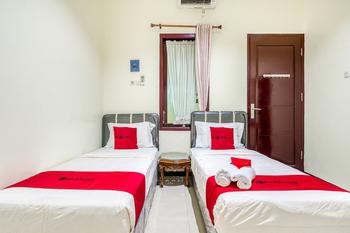 RedDoorz Syariah @ Ketintang Surabaya Surabaya - RedDoorz Twin Room Last Minute