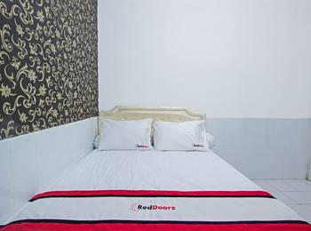 RedDoorz near Gejayan Jalan Tantular - RedDoorz Room with Breakfast Regular Plan