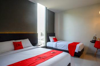 RedDoorz Plus near Solo Baru Solo - RedDoorz Family Room Basic Deal