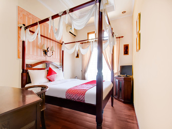 OYO 3217 The Ts Homestay Malang - Deluxe Double Room Regular Plan