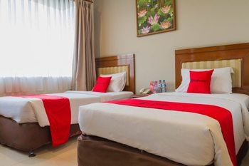 RedDoorz near Simpang Dago 2 Bandung - RedDoorz Deluxe Twin Room Regular Plan