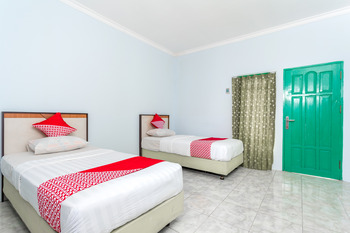 OYO 754 Nur Aziziah Guest House Balikpapan - Deluxe Twin Room Regular Plan
