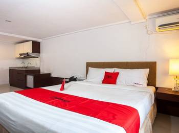 RedDoorz Premium @ Raya Nginden Surabaya - Double Room Regular Plan