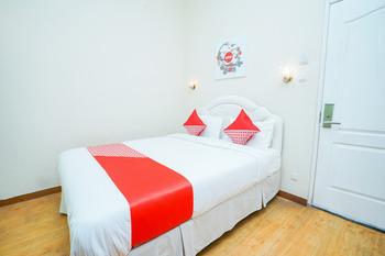 OYO 1239 Mojokerto Classic Homestay Mojokerto - Deluxe Double Room Regular Plan