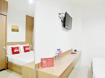 ZenRooms Near Bunderan HI Jakarta - Double Room Regular Plan