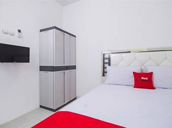 RedDoorz near STAN Ceger Raya - RedDoorz Room 24 Hours Deal