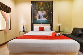 RedDoorz Plus near Benoa Square Bali Bali - RedDoorz Room Basic Deal