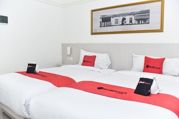 RedDoorz Plus near Ciliwung Food Street Malang Malang - RedDoorz Twin Room Basic Deal
