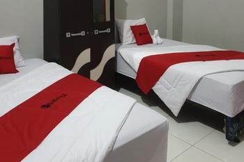 RedDoorz @ Hotel Yaki Mamuju Mamuju - RedDoorz Twin Room Basic Deals