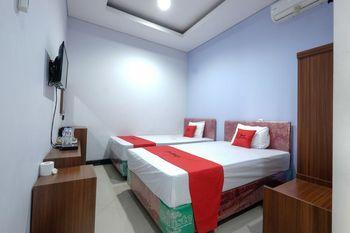 RedDoorz near Universitas Semarang Semarang - Family Room 24 Hours Deal