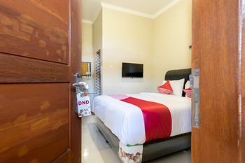 OYO 597 Joyce Guest House Medan -  Deluxe Double Room Regular Plan