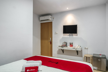 RedDoorz Plus @ Cideng Timur Jakarta - RedDoorz Premium Room with Breakfast Regular Plan