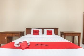 RedDoorz near Universitas Wijaya Kusuma Surabaya - Premium Room with Breakfast Regular Plan