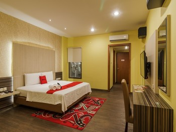 RedDoorz Plus near Dunia Fantasi Ancol Jakarta - Superior Room 24 Hours Deal