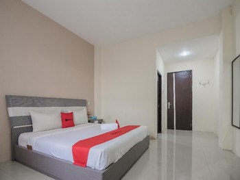 RedDoorz Plus near Syamsudin Noor Airport Banjarmasin - Deluxe Room Basic Deal Promotion