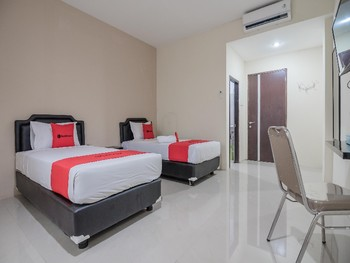 RedDoorz Plus near Syamsudin Noor Airport Banjarmasin - Twin Room Last Minute