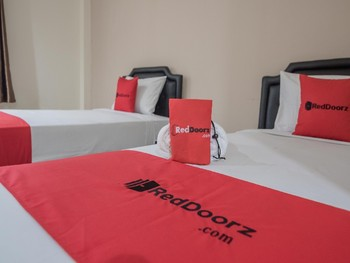 RedDoorz Plus near Syamsudin Noor Airport Banjarmasin - RedDoorz Deluxe Twin Room Basic Deal Promotion
