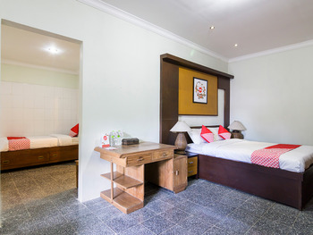 OYO 1059 Roemah Oma Guest House Yogyakarta - Suite Triple Regular Plan