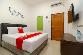 RedDoorz near Kejaksan Station Cirebon 2 Cirebon - RedDoorz Deluxe Room LM 5%
