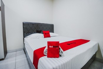 RedDoorz Plus near Semanggi Jakarta - RedDoorz Room with Breakfast Basic Deal