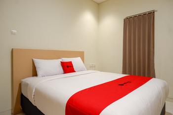 RedDoorz near Exit Tol Banyumanik 2 Semarang - RedDoorz Deluxe Room basic deal