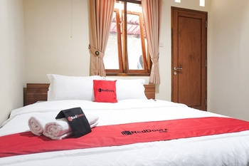RedDoorz Syariah near Velodrome Malang Malang - RedDoorz Room with Breakfast Regular Plan