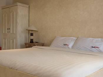 RedDoorz near Batu Belig Beach Bali - RedDoorz Room Regular Plan