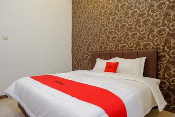 RedDoorz @ Jalan Pattimura Palu Palu - RedDoorz Room with Breakfast  Regular Plan