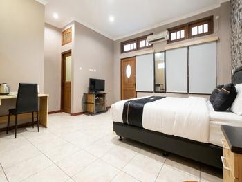OYO 2469 Cashlez Homestay Yogyakarta - Deluxe Double Room Regular Plan