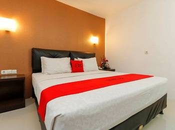 RedDoorz Plus near Karebosi Area Makassar - RedDoorz Room Shocking Deal